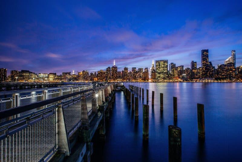 在曼哈顿中城地平线纽约美国East河的日落  免版税库存照片