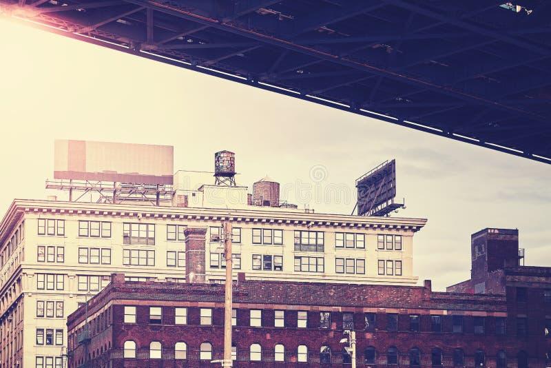 在曼哈顿桥梁下,减速火箭的风格化Dumbo邻里, NYC 免版税库存照片