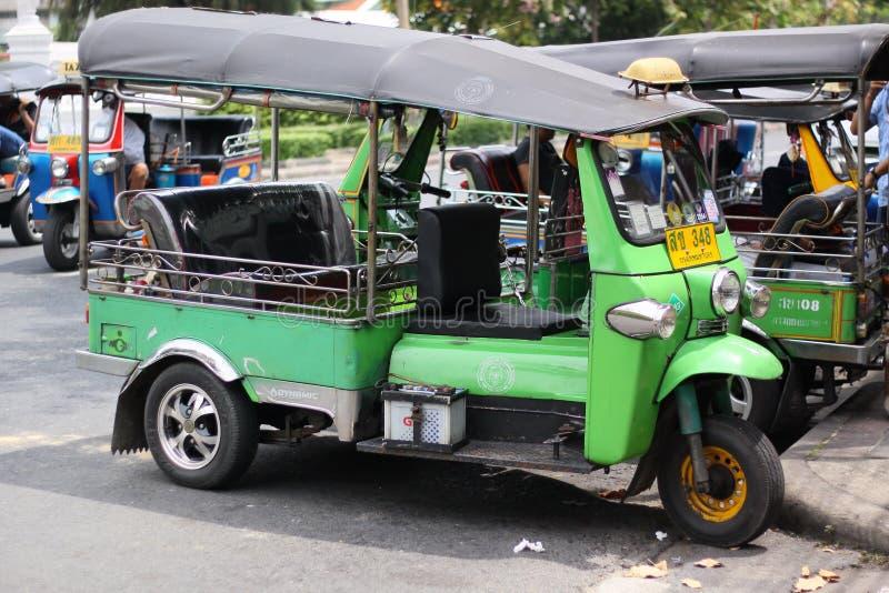 在曼谷坚持的Tuk Tuk是参观了的程序化的游人 库存图片