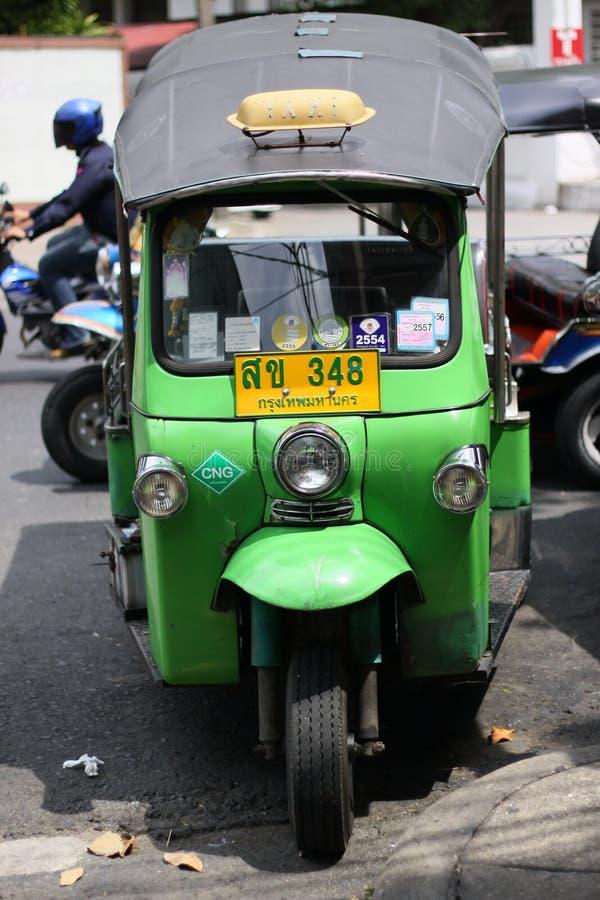 在曼谷坚持的Tuk Tuk是参观了的程序化的游人 库存照片