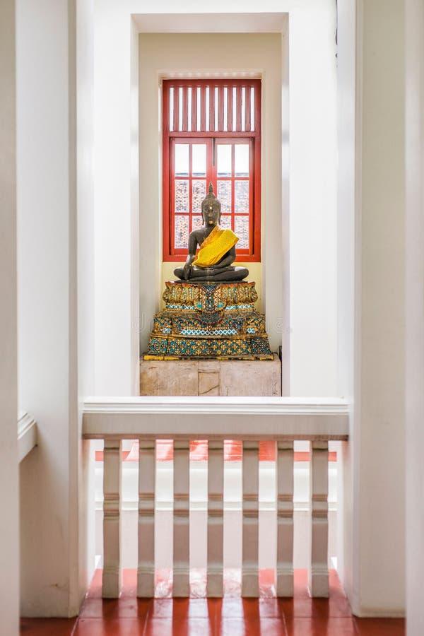 在曼谷寺庙的佛教雕象。 免版税库存照片