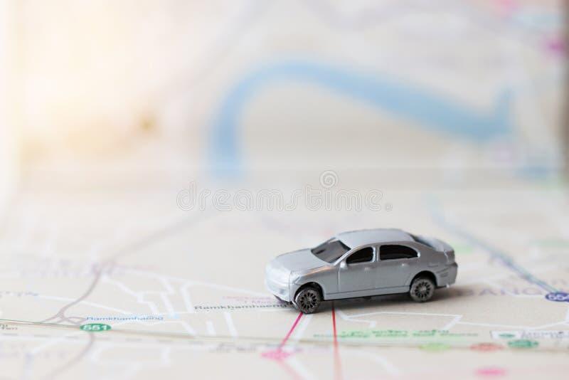在曼谷市地图,旅行的概念的微型或小古铜色汽车在到目的地的方向附近 r 库存照片
