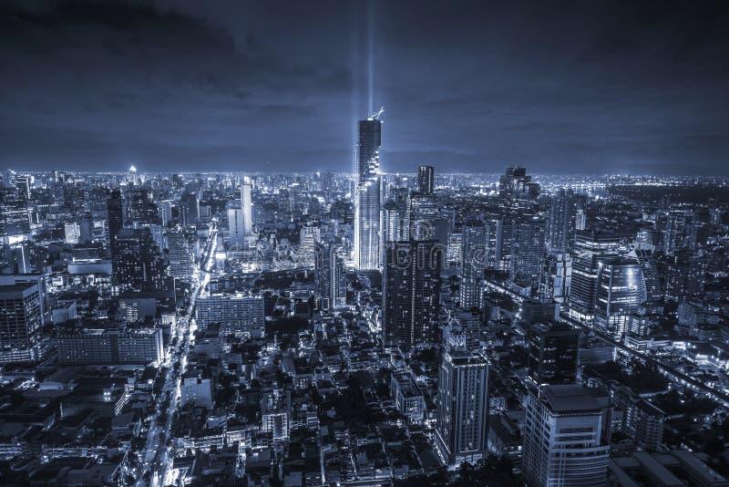 在曼谷市的企业大厦有地平线的在晚上,单色样式,泰国 免版税库存照片