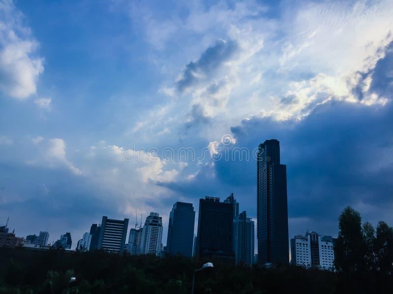 在曼谷市的美丽的云彩 异乎寻常的地平线城市夏天 库存图片