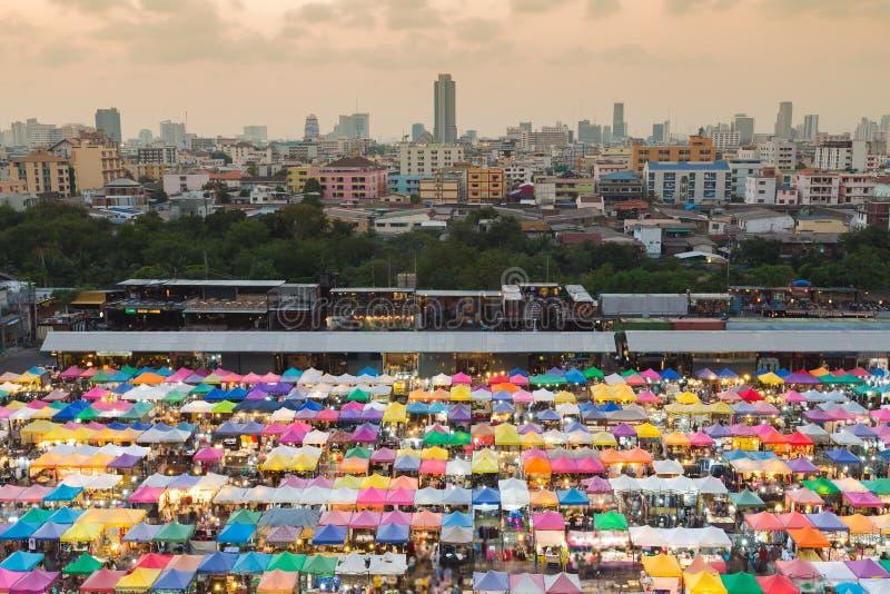 在曼谷市街市跳蚤市场的鸟瞰图, 免版税图库摄影