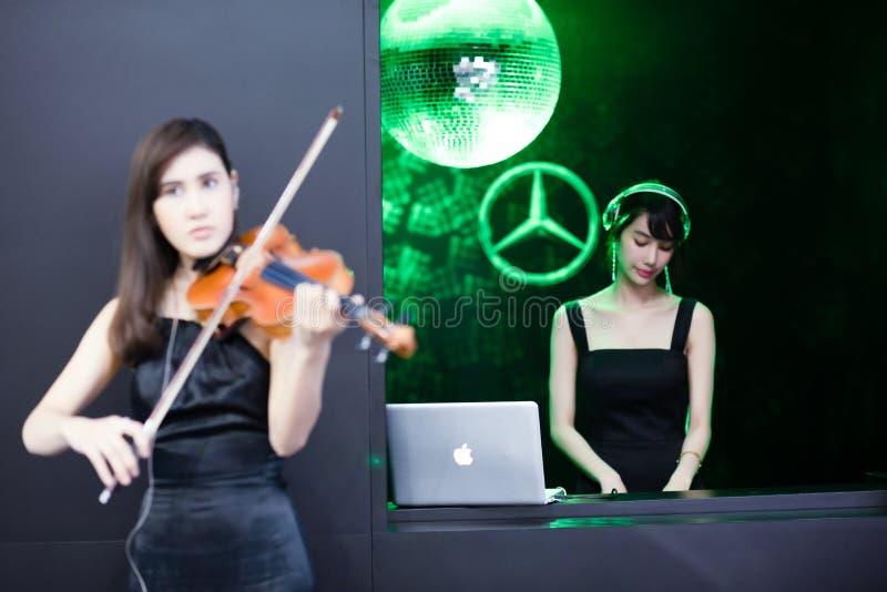 在曼谷弄脏与小提琴的曼谷、泰国- 4月06日2018未认出的式样戏剧从计算机展览会的音乐和音乐 免版税库存照片