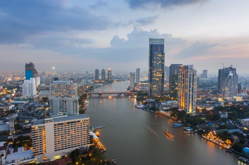 在曼谷摩天大楼的视图在晚上 免版税图库摄影