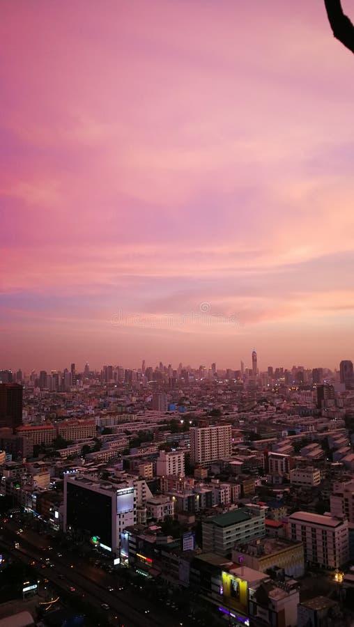 在曼谷泰国的桃红色天空 免版税库存图片
