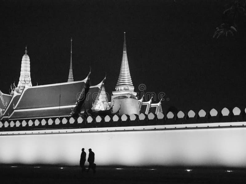 在曼谷玉佛寺外面在晚上 图库摄影