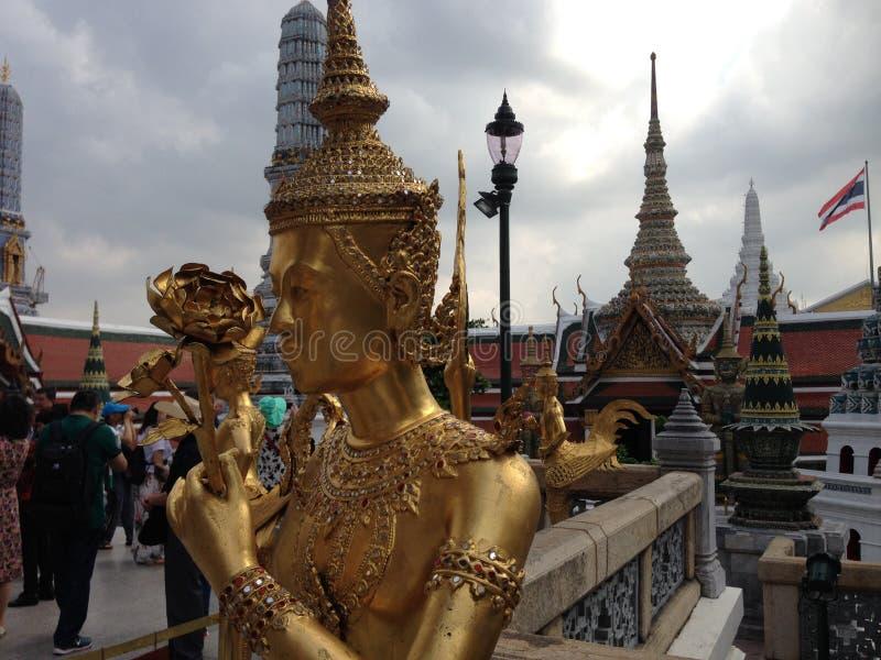 在曼谷玉佛寺的金黄雕象在曼谷 免版税库存图片