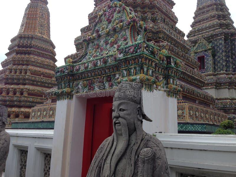 在曼谷玉佛寺的金黄雕象在曼谷 免版税库存照片