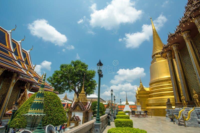 在曼谷玉佛寺的金黄Stupa 全部宫殿 免版税库存照片