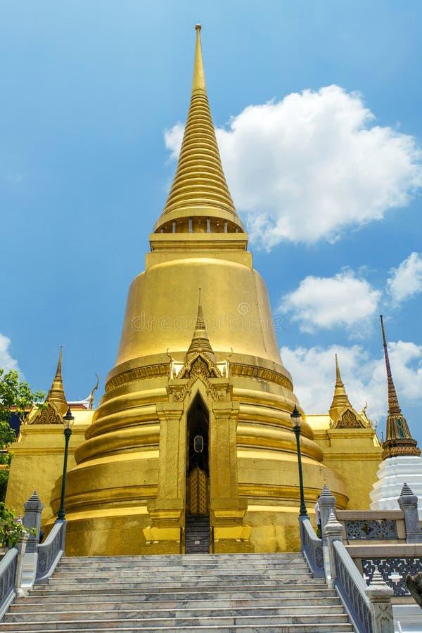 在曼谷玉佛寺的金黄Stupa 全部宫殿 库存照片