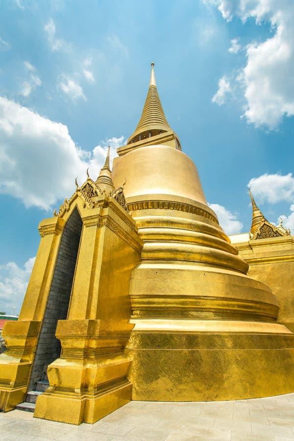 在曼谷玉佛寺的金黄Stupa 免版税库存图片