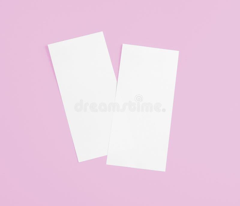 在替换您的设计的桃红色背景的空白的飞行物 免版税图库摄影