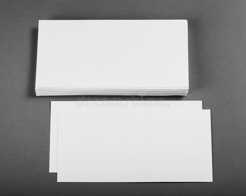 在替换您的设计的灰色背景的空白的飞行物海报 库存图片