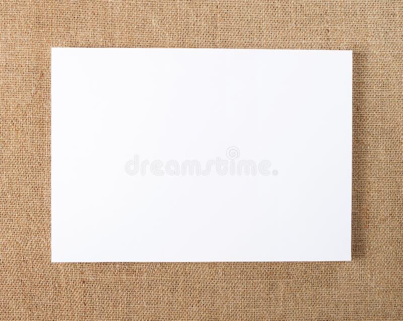 在替换您的设计的粗麻布背景的空白的飞行物海报 库存图片