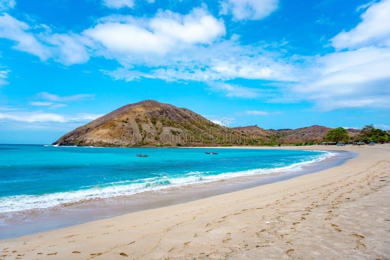 在最佳的海滩的美好的场面与白色沙子,海洋海湾Mawun在热带海岛龙目岛,没有人的热带海滩 免版税库存照片