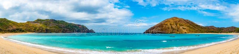 在最佳的海滩的美好的场面与白色沙子,海洋海湾Mawun在热带海岛龙目岛,没有人的热带海滩 库存图片