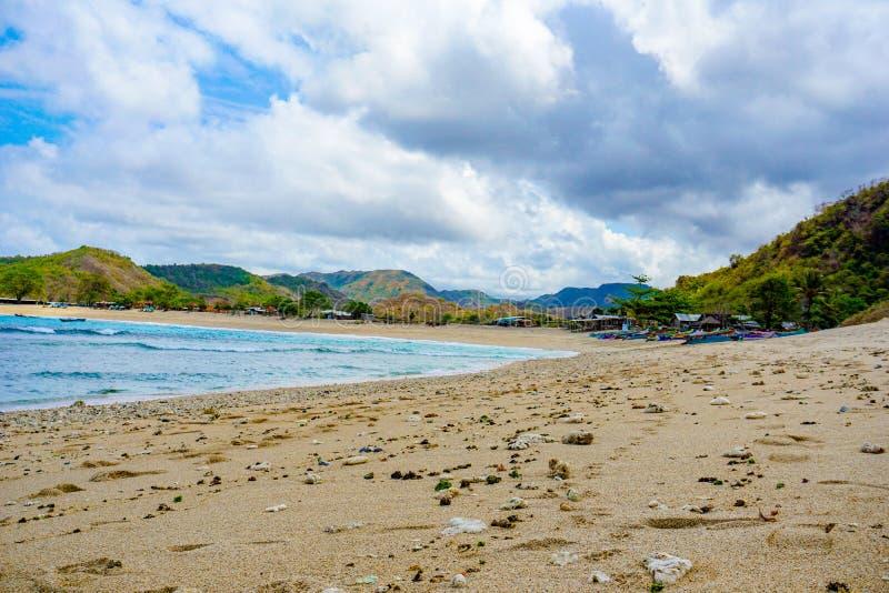 在最佳的海滩的美好的场面与白色沙子,海洋海湾Mawun在热带海岛龙目岛,没有人的热带海滩 免版税库存图片