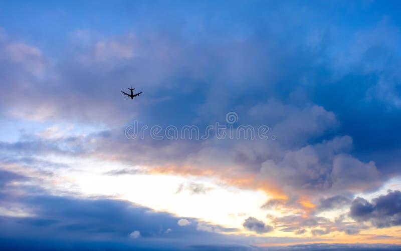 在最后渐近的一架商业喷气机反对美丽的天空 免版税图库摄影