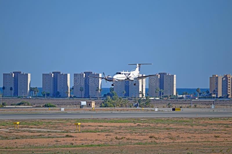 在最后渐近的双支柱飞机 免版税库存图片