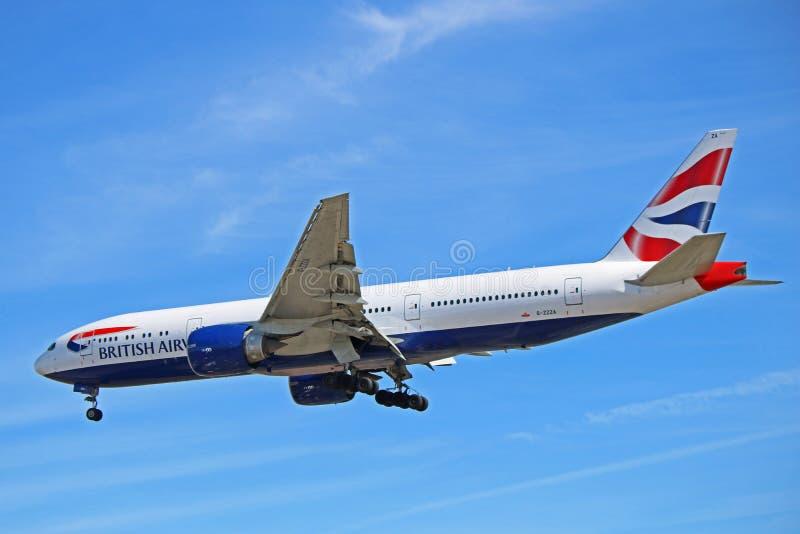 在最后渐近的英国航空波音777-200 免版税库存照片