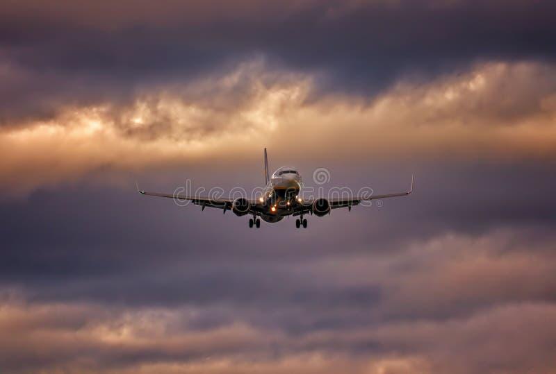 在最后渐近的飞机与轮子和下来剧烈的天空,palma机场,马略卡,西班牙 免版税库存照片