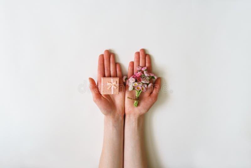 在最小的样式的夏天创造性的构成 白色和桃红色3月 库存图片