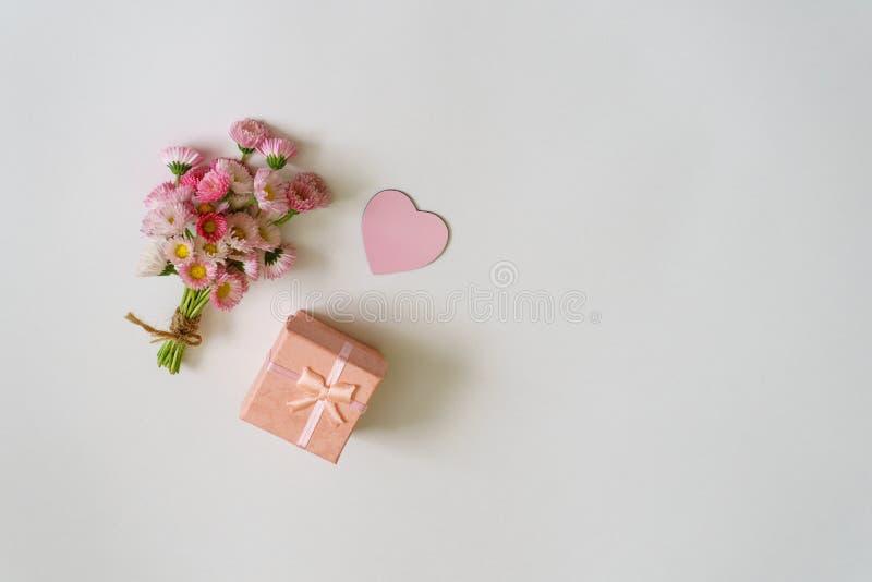 在最小的样式的夏天创造性的构成 白色和桃红色3月 免版税库存照片
