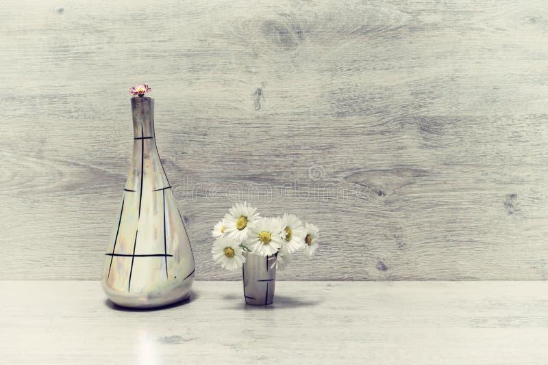 在最小的样式的夏天创造性的静物画 白色和桃红色Marg 免版税图库摄影
