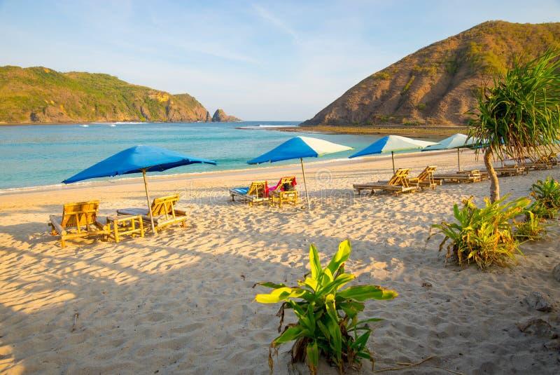 在最美丽的海滩在龙目岛, Mawun海滩的日落 库存图片