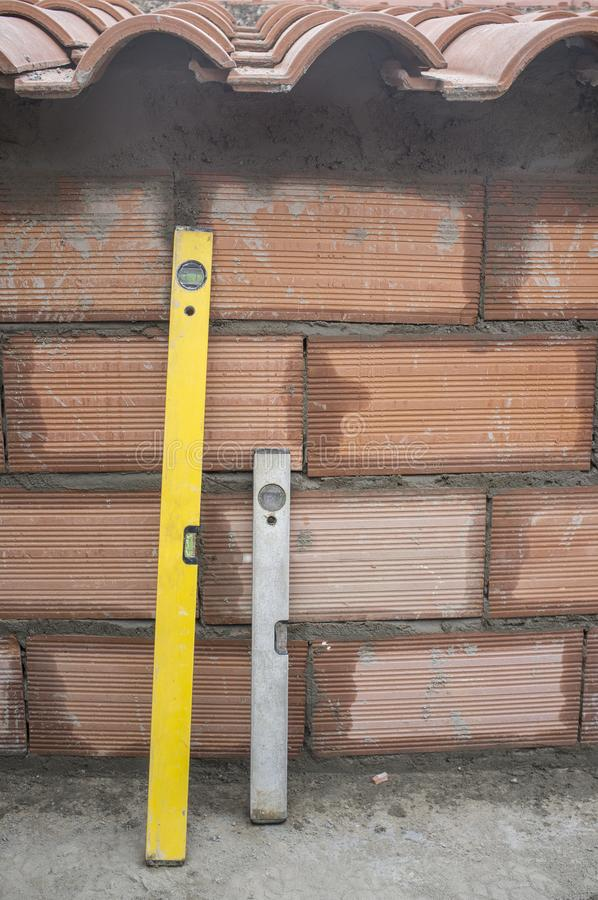 在最近做的砖墙的两个水平仪 库存照片