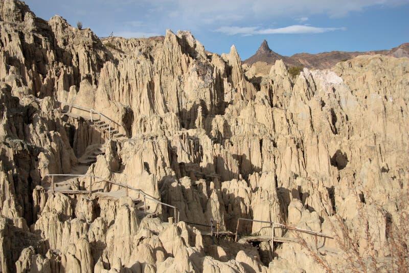 在月亮谷,玻利维亚岩石的旅游道路  免版税库存图片