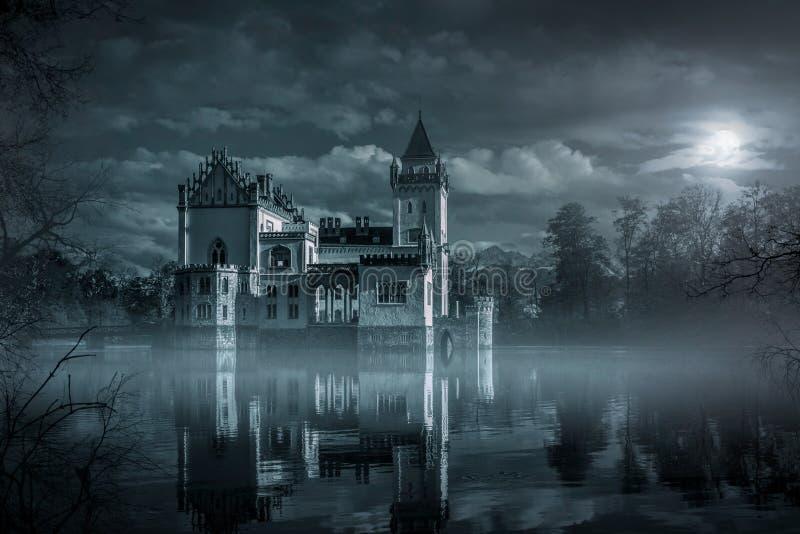 在月光的神秘的水城堡 库存图片