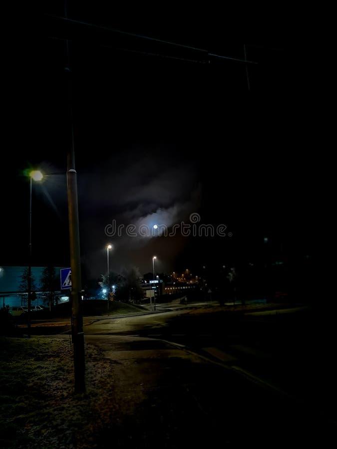 在月光的黑暗的街道 库存图片