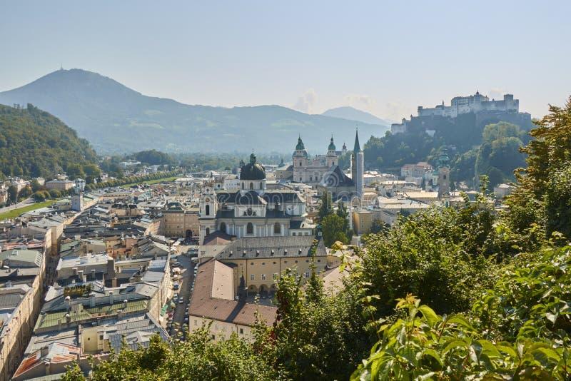 在有一个大教堂和一座城堡的奥地利使市的看法环境美化萨尔茨堡在背景中 库存图片