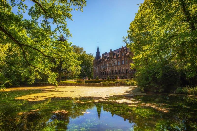 在有一个池塘的Bergheim防御Paffendorf在阳光下 库存照片