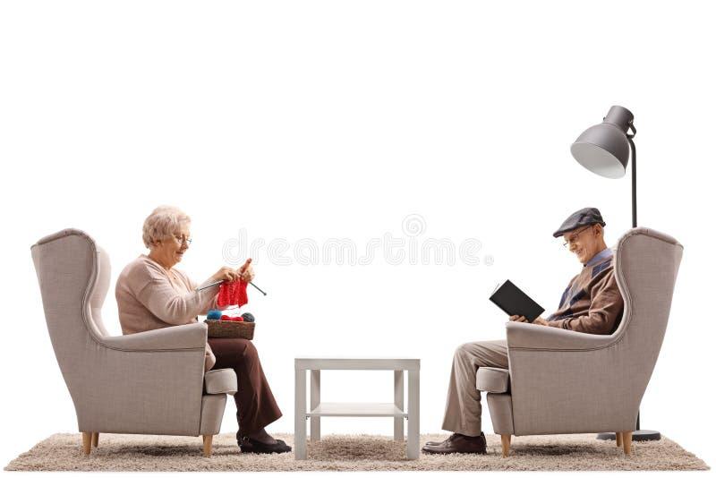 在有他们中的一个的扶手椅子安装的前辈编织和ot 库存照片