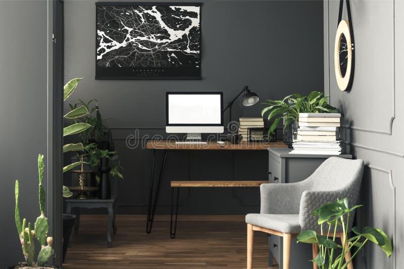 在有台式计算机大模型的书桌上映射在灰色工作区的 免版税库存照片