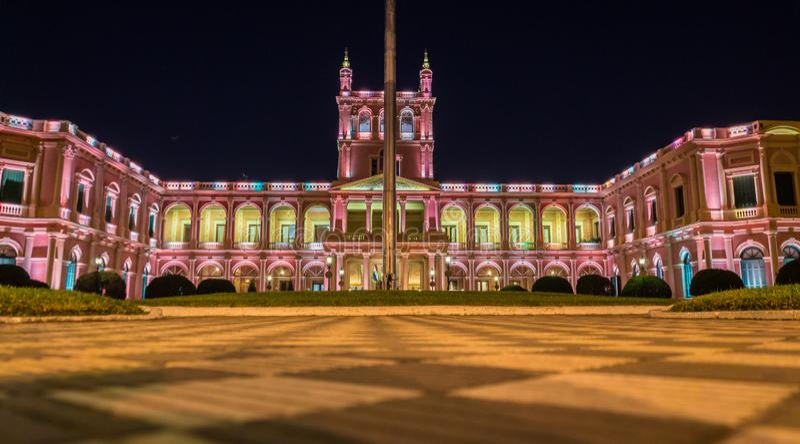 在有启发性桃红色总统府的看法在亚松森,巴拉圭在晚上 免版税库存照片