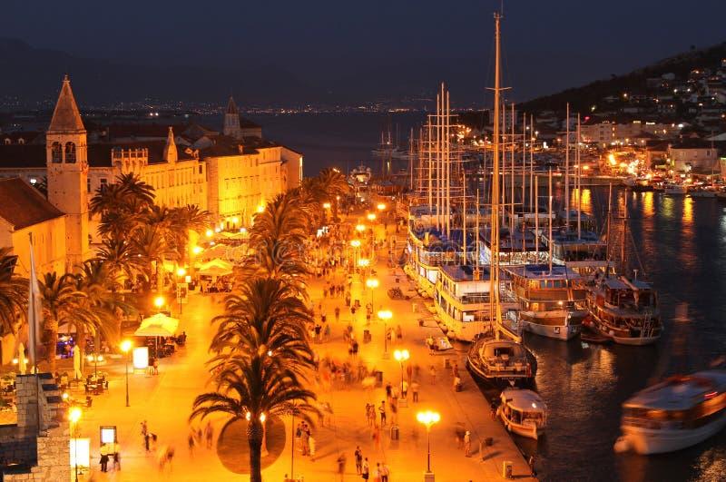 在有启发性Trogir夜,克罗地亚的看法 免版税库存图片