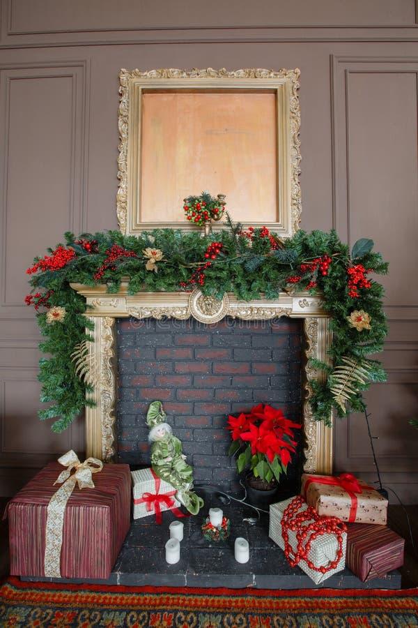 在有壁炉的一间屋子里装饰的内部经典新年树的镇静图象 免版税库存图片