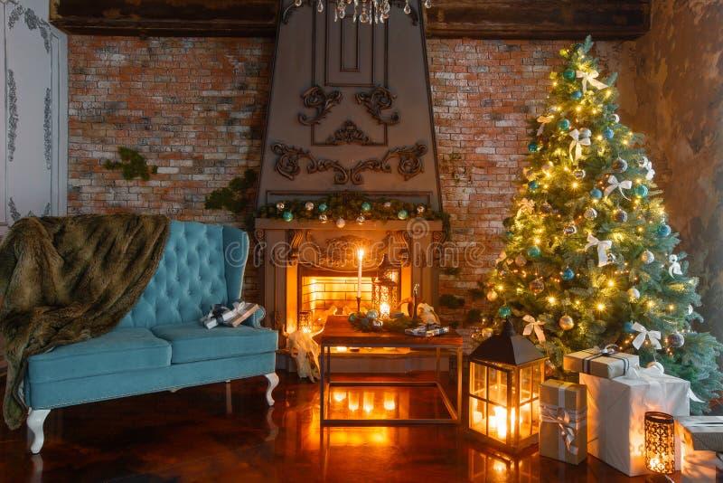 在有壁炉的一间屋子里装饰的内部经典新年树的镇静图象 图库摄影