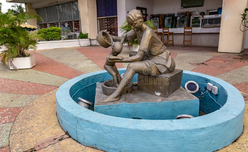 在有头发辫子的约鲁巴服装打扮的妇女的铜雕塑在Hotel伊巴丹尼日利亚西非总理 免版税库存照片