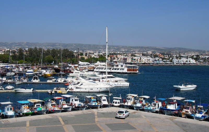 在有岗位大厦的帕福斯距离的港口和城市和游艇停泊的鸟瞰图渔船 库存图片