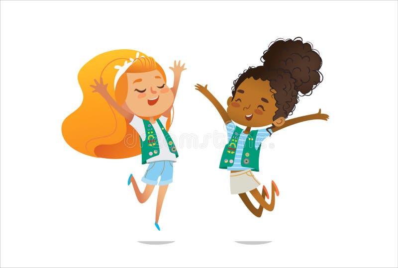 在有徽章的制服穿戴的年轻微笑的女童子军和补丁在白色背景愉快地跳隔绝 女性 皇族释放例证