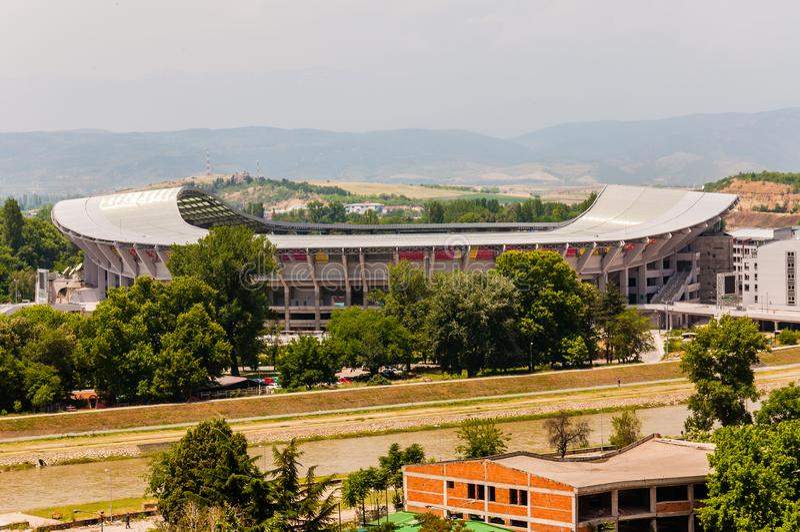 在有时现代体育场的风景看法在告诉腓力二世全国竞技场和使用主要为足球赛的斯科普里,但是 免版税库存照片