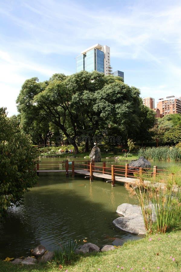 在有木桥的日本庭院里环境美化 城市公园方式 免版税库存图片