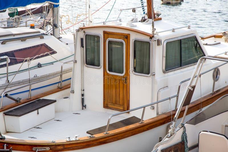 在有木门的港口停住的汽艇 库存照片